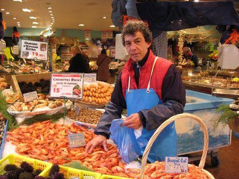 Un beau poissonnier dans sa belle poissonnerie, rue Daguerre à Paris