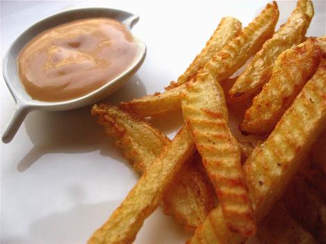 frites crantées à la roulette et sauce mayo-ketchup