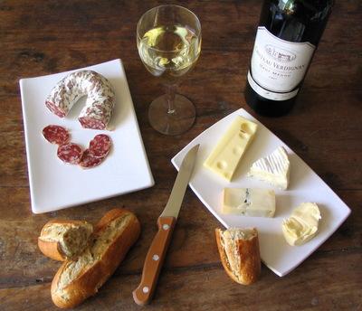 fromages, saucisson, pain et vin