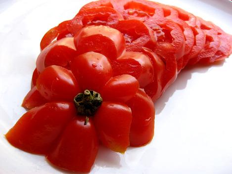 tomate coeur-de-boeuf coupée en tranches pour carpaccio
